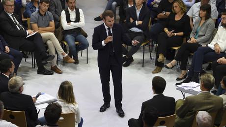 Emmanuel Macron débat des retraites lors de son déplacement à Rodez, le 3 octobre 2019.