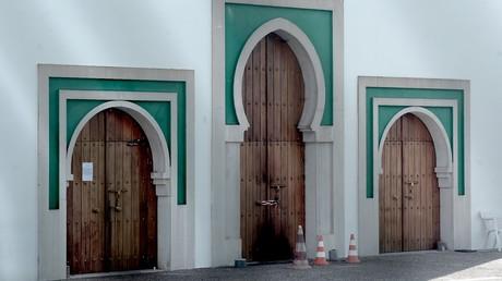 L'entrée de la mosquée de Bayonne, le 29 octobre, au lendemain de l'attaque.