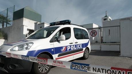 Un véhicule de police stationne devant la mosquée de Bayonne, le 29 octobre 2019.