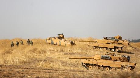 Les forces turques accompagnent des combattants syriens dans le nord-est de la Syrie, le 28 octobre 2019.