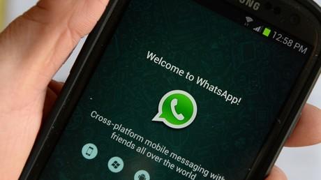 Un message de bienvenue de l'application WhatsApp s'affiche sur l'écran d'un téléphone portable de marque Samsung (image d'illustration).