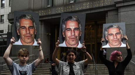 Des militants féministes brandissent le portrait de Jeffrey Epstein devant le tribunal fédéral de New York, le 8 juillet 2019 (image d'illustration).