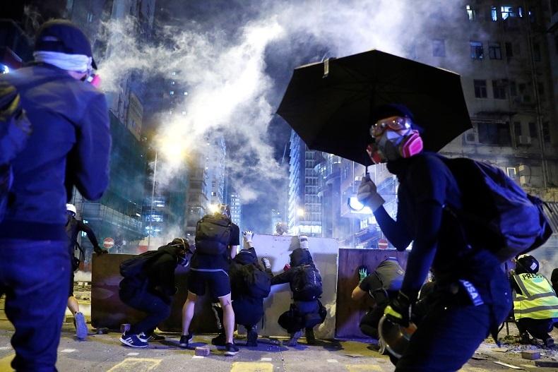 Un manifestant blessé par balle, un homme incendié : nouvelle journée de violences à Hong Kong