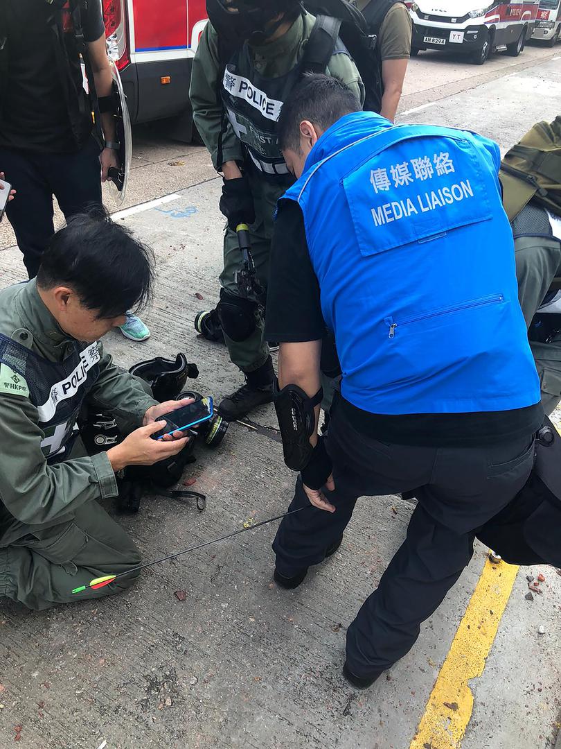 Hong Kong : nouveaux heurts entre activistes et forces de l'ordre, un policier blessé par une flèche