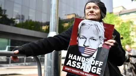 Une femme venue soutenir Julian Assange devant le tribunal de Londres, le 1er mai 2019, au Royaume-Uni (image d'illustration).