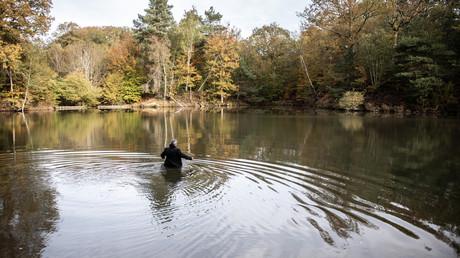 Un acteur joue le rôle du ministre français Robert Boulin lors d'une reconstitution de la découverte de son cadavre dans le lac de l'étang Rompu à Saint-Léger-en-Yvelines, le 28 octobre 2019 (image d'illustration).