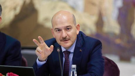Le ministre turc de l'Intérieur, Suleyman Soylu, s'exprimant lors d'une conférence de presse à Istanbul, le 21 août 2019.  (image d'illustration)