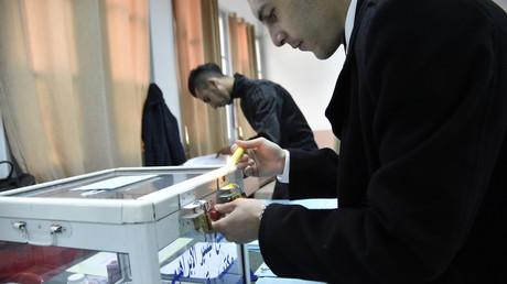 Un agent électoral vérifie une urne dans un bureau de vote à Alger lors des élections locales, le 23 novembre 2017 (image d'illustration).