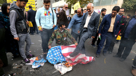 Un manifestant piétine un drapeau américain lors de la célébration du 40e anniversaire de la prise d'otage de l'ambassade des Etats-Unis à Téhéran.