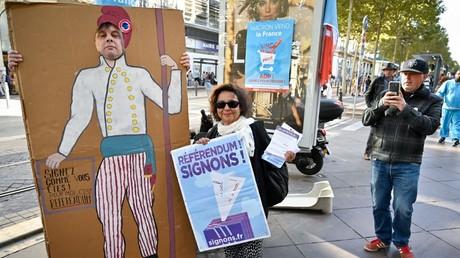 Des manifestants tiennent des banderoles lors d'une collecte de signatures contre la privatisation de l'entreprise Aéroport de Paris (ADP), le 5 octobre 2019, à Marseille (image d'illustration).