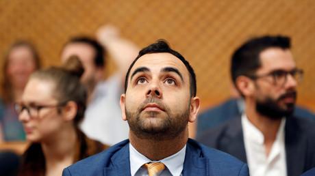 Omar Shakir, directeur de l'ONG Human Rights Watch en Israël et Palestine, lève les yeux avant son audience devant la Cour suprême d'Israël, le 5 novembre 2019 à Jérusalem.