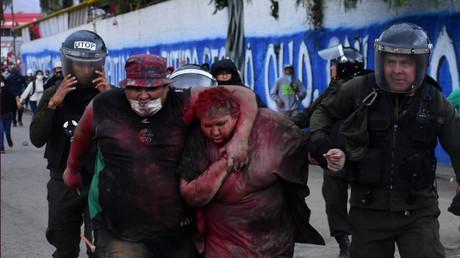 La police vient au secours de la maire de Vinto, Patricia Arce Guzman, humiliée par des personnes de l'opposition au président Evo Morales, à Quillacollo, Bolivie, le 6 novembre 2019.