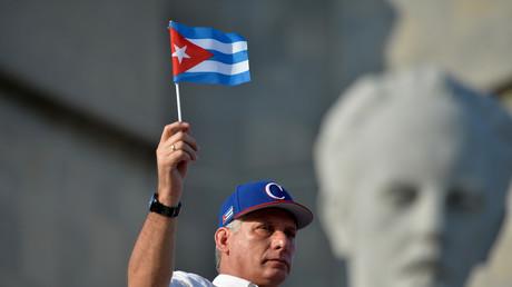 Le président cubain Miguel Diaz-Canel agite un drapeau national lors du rassemblement du 1er Mai sur la place de la Révolution à La Havane, le 1er mai 2018. (image d'illustration)