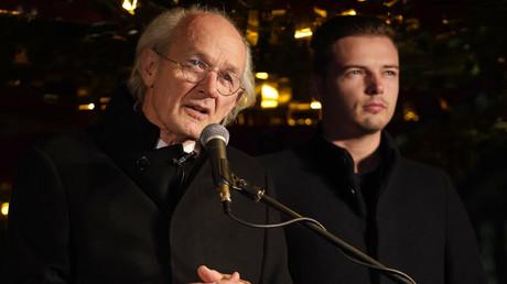 John Shipton, le père biologique du fondateur de WikiLeaks, Julian Assange, s'exprime devant le Home Office de Londres, le 5 novembre 2019, lors d'une manifestation contre l'extradition de son fils (image d'illustration).