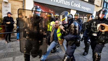 Un homme est arrêté par les CRS à Montpellier, le 9 novembre 2019.