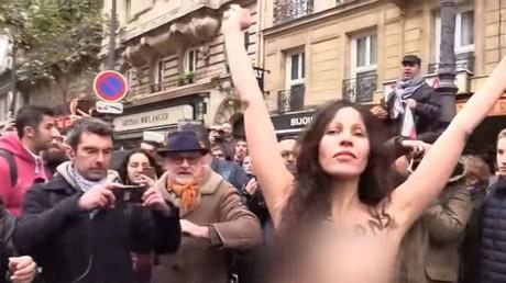 «Ne bradons pas la laïcité» : torse nu, une femme s'invite à la marche contre l'islamophobie (VIDEO)