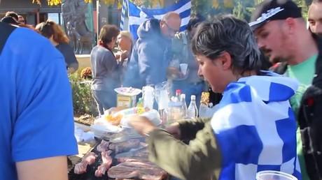 Grèce : un groupe anti-immigration organise un barbecue au porc près d'un camp de réfugiés (VIDEO)