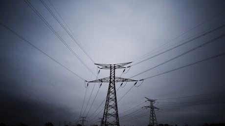 Piliers de transport d'électricité à haute tension près du chantier du réacteur européen à pression de réaction (EPR) à Flamanville, dans le nord-ouest de la France photographiés en mars 2018 (illustration).