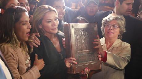 La sénatrice bolivienne Jeanine Anez, auto-proclamée présidente par intérim de la Bolivie, entre au palais présidentiel avec une bible à la main, à La Paz, en Bolivie, le 12 novembre 2019.
