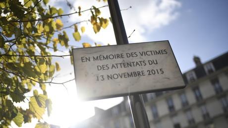Photo prise sur le boulevard Voltaire à Paris le 13 novembre 2017, montrant une plaque commémorative des victimes des attentats du 13 novembre 2015.