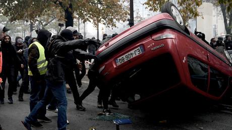 Des manifestants renversent un véhicule, sur la place d'Italie à Paris (XIIIe arrondissement), le 16 novembre.