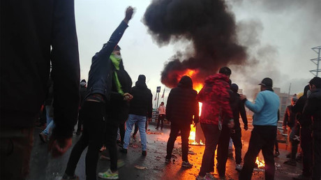 Manifestants contre la hausse du prix du carburant à Téhéran le 16 novembre (image d'illustration).