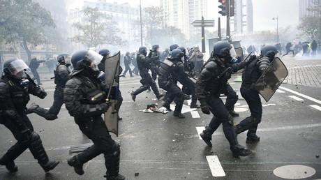Des membres des forces de l'ordre chargent lors de l'acte 53 des Gilets jaunes, le 18 novembre à Paris (image d'illustration).