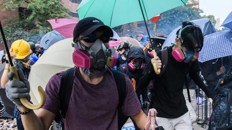 Des manifestants tentent de sortir de l'Université polytechnique de Hong Kong, tout en étant la cible de gaz lacrymogènes par les forces de l'ordre, le 18 novembre.
