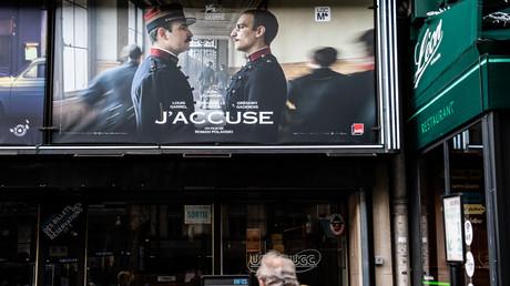 Affiche du dernier film «J'accuse» du réalisateur français Roman Polanski devant un cinéma parisien, le 13 novembre 2019.