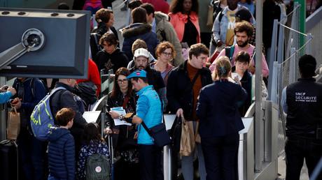 Des passagers attendent à la gare de Bordeaux lors d'une grève des cheminots de la SNCF à Bordeaux le 28 octobre 2019 (illustration).