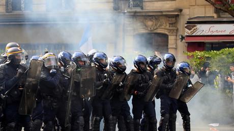 La police anti-émeute monte la garde lors d'affrontements avec des manifestants, le 1er mai à Paris. (Photo d'illustration)