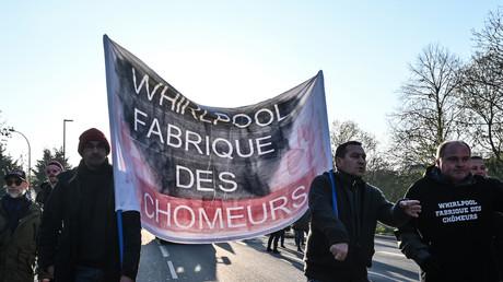 Des manifestants près du site de Whirlpool, le 21 novembre, à Amiens.