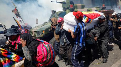 Bolivie : une marche funéraire antigouvernementale prise au milieu des gaz lacrymogènes (IMAGES)