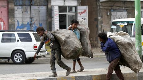 Des enfants collectent des déchets dans les rues de Sanaa, la capitale du Yémen (image d'illustration).