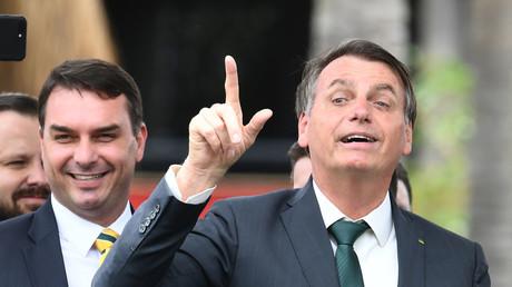 Le président brésilien Jair Bolsonaro et son fils aîné, le sénateur Flavio Bolsonaro, lors de la cérémonie de lancement du nouveau parti politique, l'Alliance pour le Brésil, le 21 novembre 2019 à Brasilia.
