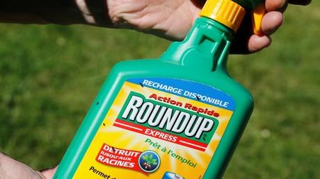Pulvérisateur d'herbicide Roundup de Monsanto contenant du glyphosate photographié dans un jardin à Bordeaux, en France, le 1er juin 2019 (illustration).