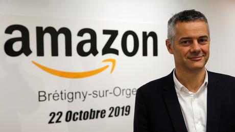 Frederic Duval, directeur d'Amazon France, effectue une visite de presse au centre de traitement des commandes Amazon à Bretigny-sur-Orge (Essone), près de Paris, le 22 octobre 2019.