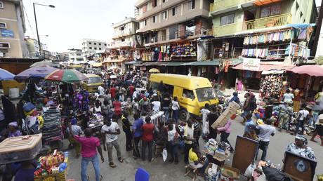 Un minibus passe devant des vendeurs du marché Balogun à Lagos, le 10 mai 2017 (image d'illustration).