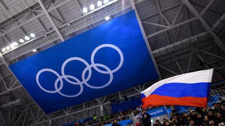 Un spectateur brandit le drapeau de la Russie durant un match de hockey sur glace lors des Jeux olympiques d'hiver de Pyeongchang, le 16 février 2018 (image d'illustration).
