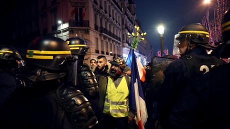 Des CRS échangent avec des Gilets jaunes à Paris, le 29 décembre 2018 à Paris (image d'illustration).
