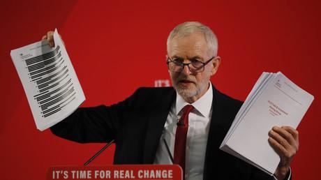Le chef de file du Labour Jeremy Corbin expose les documents qui comporteraient les preuves d'un accord entre les Etats-Unis et le Royaume-Uni concernant le NHS, lors d'une conférence de presse à Londres, le 27 novembre.