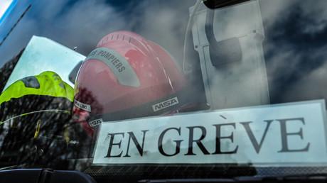 Un pompier affiche son mécontentement à Lille, le 14 novembre (image d'illustration).