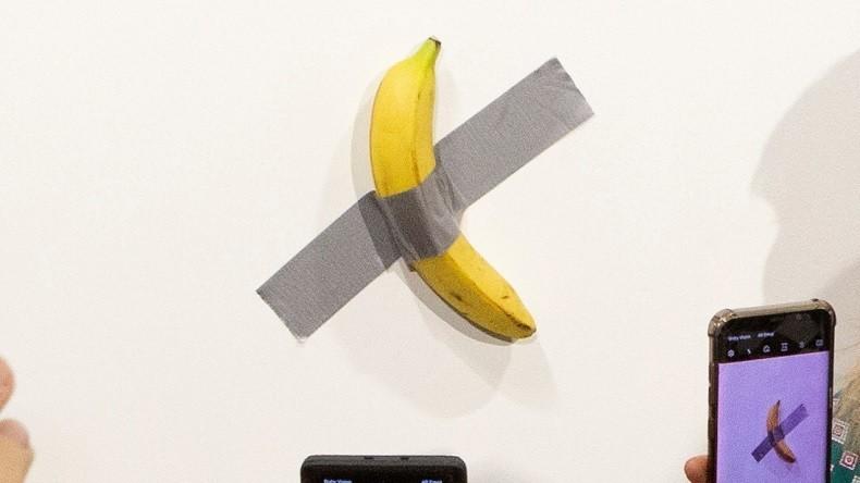 Art contemporain : un artiste mange la banane scotchée au ...