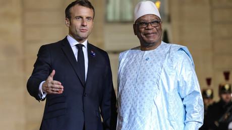 Le président français Emmanuel Macron accueille le président du Mali, Ibrahim Boubacar Keita, avant un dîner avec les participants du Forum de la paix à l'Elysée, à Paris, le 11 novembre 2019 (image d'illustration).
