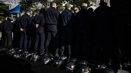 Les policiers ont symboliquement posé casques et bâtons de défense à poignée latérale pour protester contre la réforme des retraites à Rungis, 2 décembre 2019.