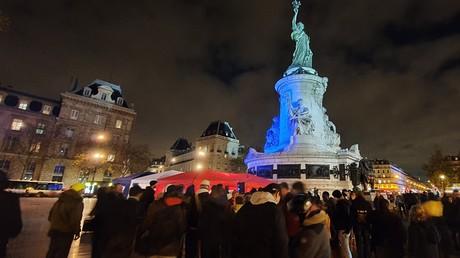 Les pompiers ont installé des tentes sur la Place de la République.