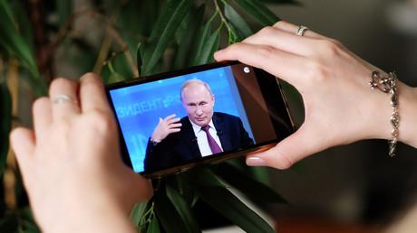 Une jeune fille regarde la ligne directe annuelle avec Vladimir Poutine, le 20 juin 2019.