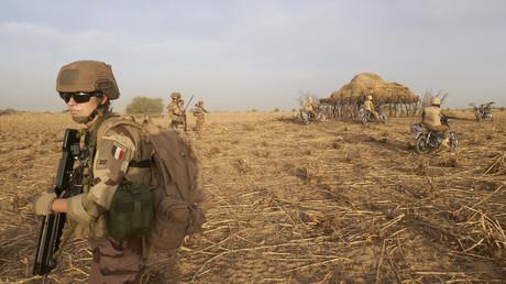 Un soldat de la force française Barkhane patrouille dans une zone rurale au nord du Burkina Faso, le 9 novembre 2019 (image d'illustration).