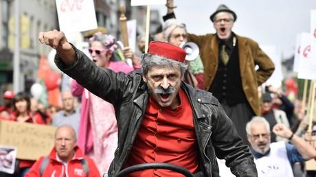 Un homme déguisé en Spirou participe à une manifestation organisée par les syndicats belges pour réclamer de meilleures pensions, le 16 mai 2018 à Bruxelles.