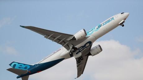 Un Airbus A330 effectue une démonstration aérienne lors du Dubai AirShow à Dubaï, aux Emirats arabes unis, le 18 novembre 2019 (illustration).